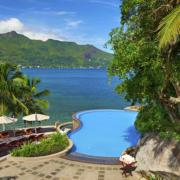 Pool mit Blick auf das Meer im 5-Sterne Hilton - Northolme Resort & Spa auf den Seychellen.