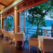 Restaurantterrasse am Abend mit Blick auf das meer im 5-Sterne Hilton - Northolme Resort & Spa auf den Seychellen.