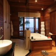 Badezimmer mit Wanne in einer Villa im 5-Sterne Hilton - Northolme Resort & Spa auf den Seychellen.