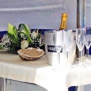 Hochzeitsdekoration auf dem Katamaran in Mauritius.
