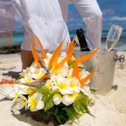 Brautstrauss mit Sektkühler im Sand am Stand von Mauritius.