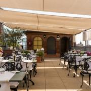 Die Panoramaterrasse im 5-Sterne Hotel Due Torri in Verona. Romantische Heirat in Italien.