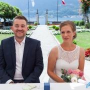 Sitzendes Brautpaar im 4-Sterne Hotel San Roco am Ortasee.