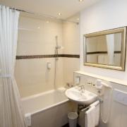 Badezimmer im Superiordoppelzimmer im 4-Sterne Hotel am Mirabellplatz in Salzburg