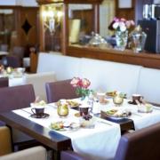 Gedeckter Fruehstueckstisch im 4-Sterne Hotel am Mirabellplatz in Salzburg