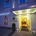 Beleuchteter Eingangsbeireich am Abend vom 4-Sterne Hotel am Mirabellplatz in Salzburg