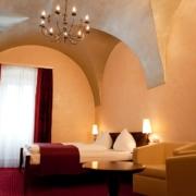 Beleuchtetes Zimmer am Abend vom 4-Sterne Hotel am Mirabellplatz in Salzburg