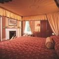 Himmelbett und Kamin in einem Zimmer im 4-Sterne Bunchrew House Hotel in Inverness in Schottland.