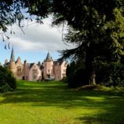 Blick durch den Garten auf das 4-Sterne Bunchrew House Hotel in Inverness in Schottland.