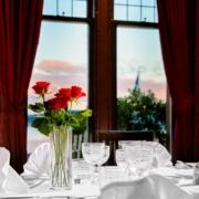Geschmueckter Tisch fuer ein Hochzeitsessen im 4-Sterne Bunchrew House Hotel in Inverness in Schottland.