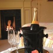 Stimmungsbild Champagner mit Rose vor dem Kamin in einem Zimmer im 4-Sterne Bunchrew House Hotel in Inverness in Schottland.