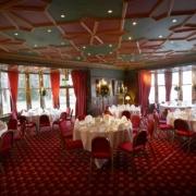 Restaurant im 4-Sterne Bunchrew House Hotel in Inverness in Schottland, geschmueckt fuer die Hochzeit.