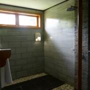 Dusche im 3-Sterne plus Hotel La Digue Island Lodge auf den Seychellen.