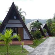 Einzelstehende Giebelgebaeude zum Wohnen im 3-Sterne plus Hotel La Digue Island Lodge auf den Seychellen.