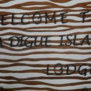 Eingangsschild im 3-Sterne plus Hotel La Digue Island Lodge auf den Seychellen.