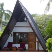 Aussenfassade eines Giebelgenaeudes im 3-Sterne plus Hotel La Digue Island Lodge auf den Seychellen.