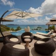 Pool am Tag mit Blick auf das Meer im 4-Sterne Hotel Le Duc de Praslin, auf den Seychellen.