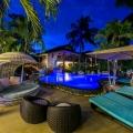 Abendstimmung am Pool im 4-Sterne Hotel Le Duc de Praslin, auf den Seychellen.