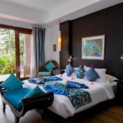 Geschmücktes Bett mit Blick in den Garten in einem Zimmer im 4-Sterne Hotel Le Duc de Praslin