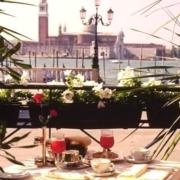 Terrasse mit Blick auf den Markusplatz im 4-Sterne Hotel Londra Palace in Venedig.