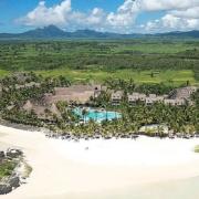 Luftaufnahme mit Blick auf Strand und Anlage des 5-Sterne Hotels Lux*-Belle Mare auf Mauritius.
