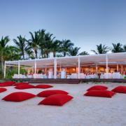 Rote Sitzsäcke am Strand vom 5-Sterne Hotel Lux*-Belle Mare auf Mauritius.