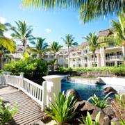 Blick von Bruecke auf den Pool und Gebaeude im 5-Sterne Hotel Lux*-Belle Mare auf Mauritius.