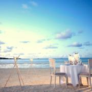 Geschmueckter Tisch für Brautpaar am Strand des 5-Sterne Hotel Lux*-Belle Mare auf Mauritius.