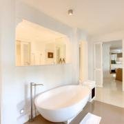 Badezimmer mit Badewanne in der Honeymooner Suite im 5-Sterne Hotel Lux*-Belle Mare auf Mauritius.