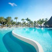 Blick auf den Pool des 5-Sterne Hotel Lux*-Belle Mare auf Mauritius.