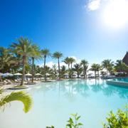 Pool im Sonnenschein im 5-Sterne Hotel Lux*-Belle Mare auf Mauritius.