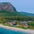 Luftaufnahme mit Blick vom Strand zur Anlage des 5-Sterne Hotel Lux*-Le Morne auf Mauritius mit Berg im Hintergrund.