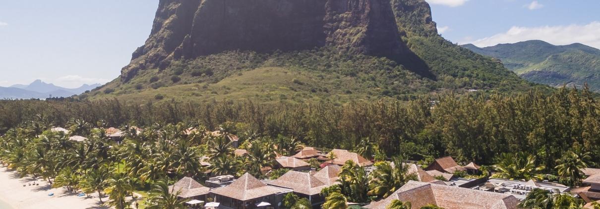 5-Sterne Hotel Lux*-Le Morne auf Mauritius mit Le Morne Brabant im Hintergrund.
