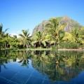 Blick über den Pool auf den Le Morne Brabant im 5-Sterne Hotel Lux*-Le Morne auf Mauritius.