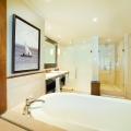 Badezimmer mit Badewanne in einer Ocean Junior Suite im 5-Sterne Hotel Lux*-Le Morne auf Mauritius.