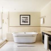 Badezimmer mit Wanne im 5-Sterne Hotel Lux*-Le Morne auf Mauritius.