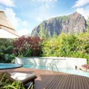 Blick über den Pool des 5-Sterne Hotel Lux*-Le Morne auf Mauritius mit Le Morne Brabant im Hintergrund.