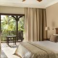 Innenansicht eines Superior Zimmers mit Doppelbett und Balkon im 5-Sterne Hotel Lux*-Le Morne auf Mauritius.