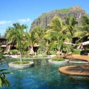 Blick über den Pool des 5-Sterne Hotel Lux*-Le Morne auf Mauritius.