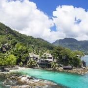 Luftaufnahme der Bucht und der Anlage des 5-Sterne Hilton - Northolme Resort & Spa auf den Seychellen.