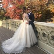Brautpaar auf der Bow Bridge in New York im Herbst. Mann und Frau umarmen sich.