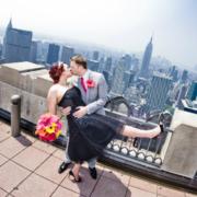 Ein kuessendes Brautpaar nach der Trauung auf dem Rockefeller Center in New York.