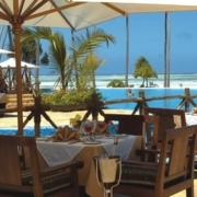 Restauranttisch mit Blick auf den Pool im 4-Sterne Ocean Paradise Resort.