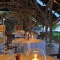 Tische am Abend auf der Terrasse mit Blick auf das Meer im Restaurant Blue Marlin im 5-Sterne Hotel Paradis Beachcomber Golf Resort und Spa.