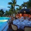 Gedeckter runder Tisch zu Abendessen am Pool im 5-Sterne Hotel Paradis Beachcomber Golf Resort und Spa.