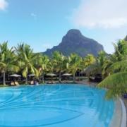 Pool im 5-Sterne Hotel Paradis Beachcomber Golf Resort und Spa mit dem Le Morne Brabant im Hintergrund.