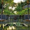 Spabereich mit Zen Pool und Liegen im 5-Sterne Hotel Paradis Beachcomber Golf Resort und Spa.