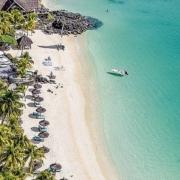 Luftaufnahme auf den Strand und Pool vom 6-Sterne Hotel Royal Palm Beachcomber Luxury auf Mauritius