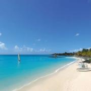 Weißer Sandstrand mit Palmen in der Blue Bay am 6-Sterne Hotel Royal Palm Beachcomber auf Mauritius.
