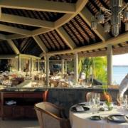 Buffet und gedeckte Tische mit Kellner im Restaurant des 6-Sterne Hotel Royal Palm Beachcomber auf Mauritius.